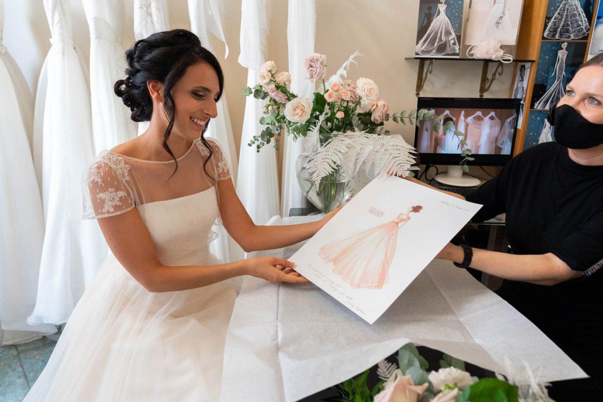 In questa foto Martina con in mano il bozzetto del suo abito da sposa firmato Couture Hayez