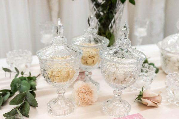 In questa foto un dettaglio del buffet di dolci allestito negli spazi di Couture Hayez per la prova finale dell'abito da sposa di Martina