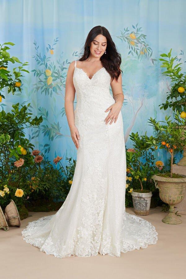 In questa foto una modella indossa uno degli abiti da sposa curvy atelier emé