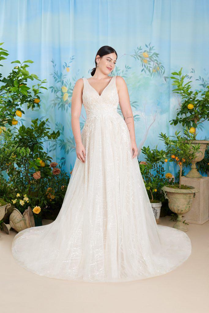 In questa foto un modello con ampia gonna proposto tra gli abiti da sposa curvy Atelier Emé