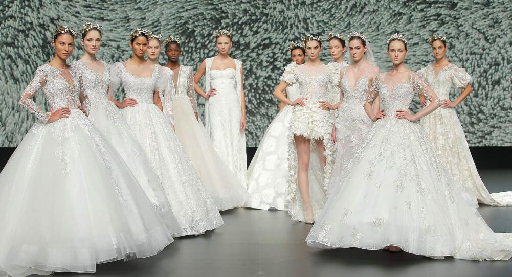 In questa foto un gruppo di modelle sulla passerella della Valmont Barcelona Bridal Fashion Week 2021