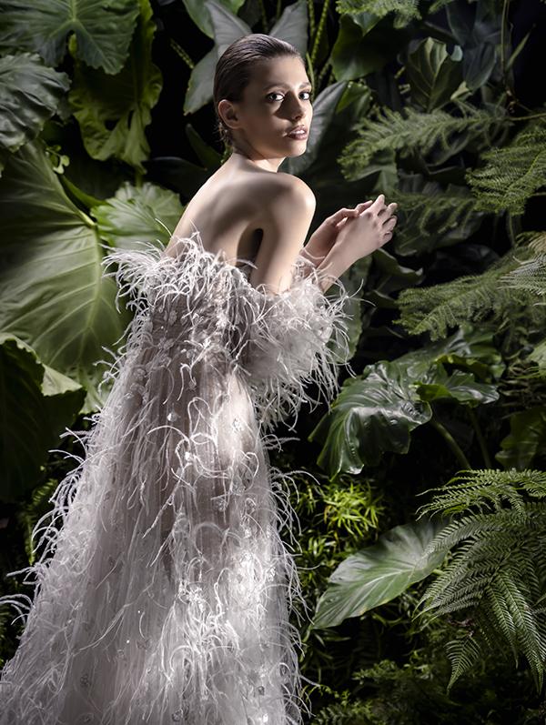 In questa foto un modello con piume proposto tra gli abiti da sposa Andrea Sedici 2021
