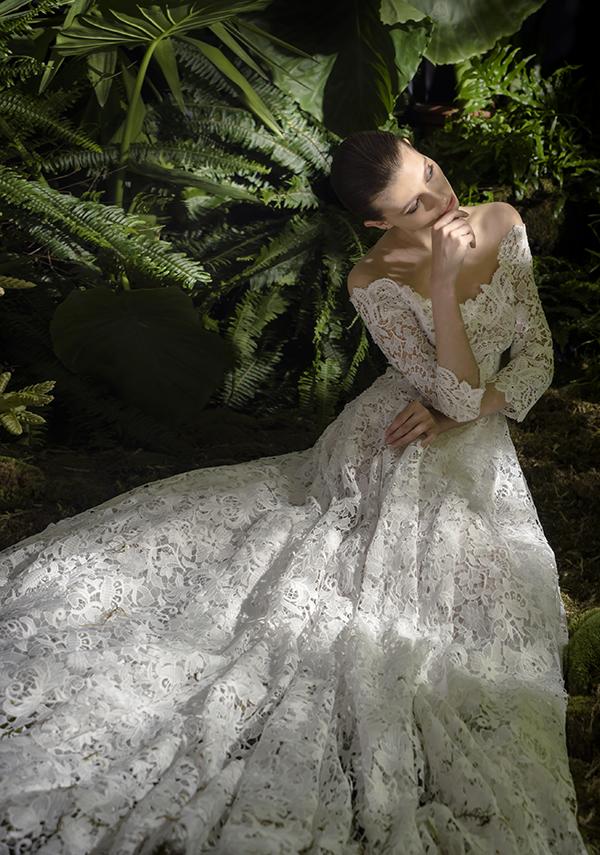 In questa foto un modello interamente in pizzo proposto tra gli abiti da sposa Andrea Sedici 2021