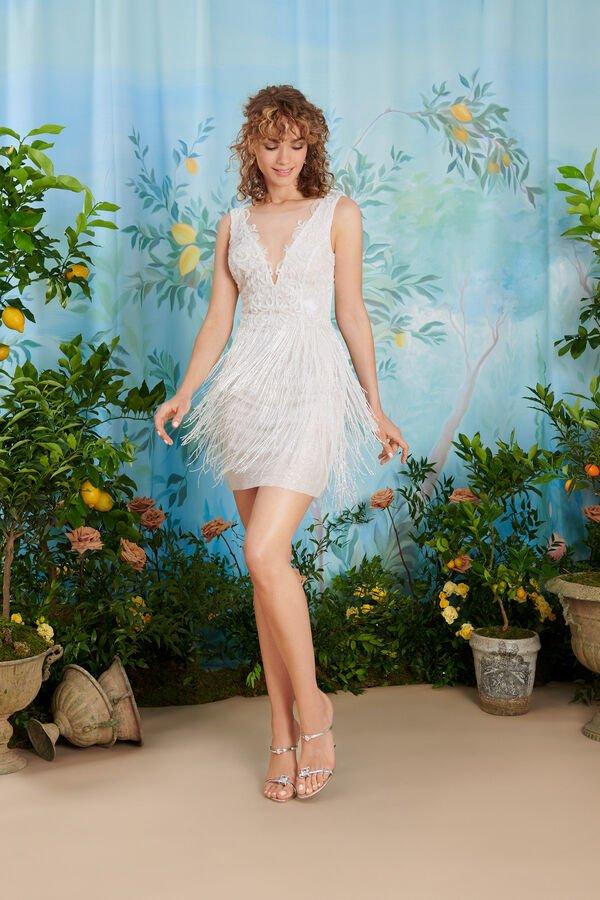 In questa foto una modella indossa uno degli abiti da sposa Atelier Emé per rito civile con frange