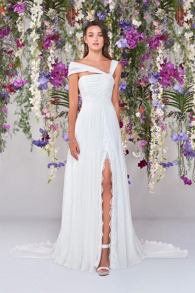 In questa foto una modella indossa uno degli abiti da sposa Atelier Emé per rito civile con spacco