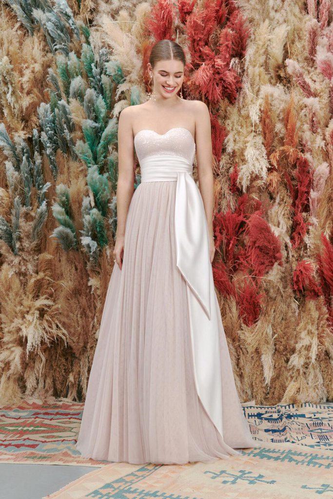 In questa foto un modello rosa cipria proposto tra gli abiti da sposa Atelier Emé per rito civile
