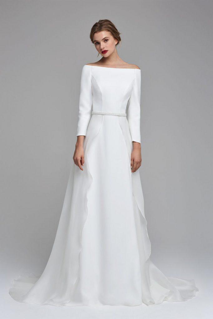 In questa foto un modello minimal proposto tra gli abiti da sposa Atelier Emé per rito civile