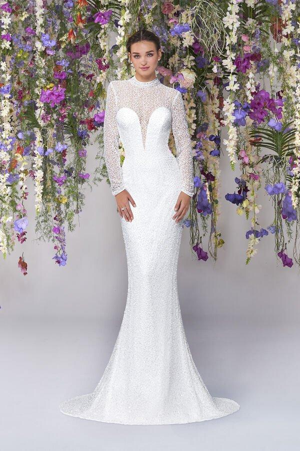 In questa foto un modello con scollo profondo proposto tra gli abiti da sposa Atelier Emé per rito civile
