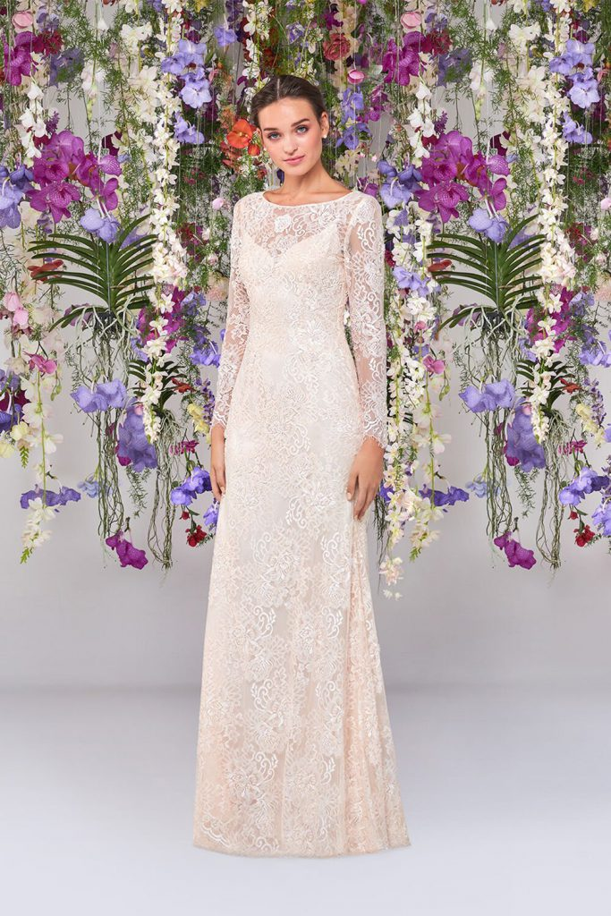 In questa foto un modello in pizzo di abiti da sposa Atelier Emé per rito civile