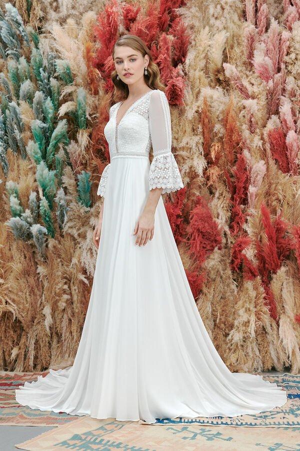 In questa foto una modella indossa uno degli abiti da sposa Atelier Emé per rito civile vestiti da sposa per rito civile con scollo sulla schiena