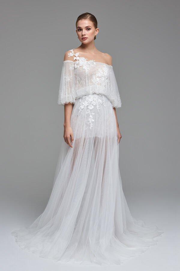 In questa foto una modella indossa uno degli abiti da sposa Atelier Emé per rito civile
