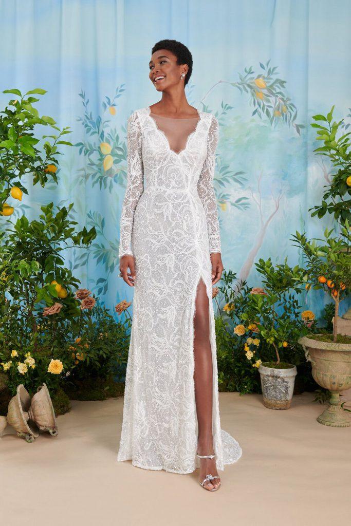 In questa foto un modello in pizzo con spacco di abiti da sposa Atelier Emé per rito civile