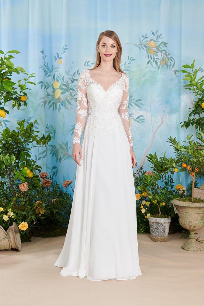 In questa foto un modello di abiti da sposa Atelier Emé per rito civile con dettagli in pizzo