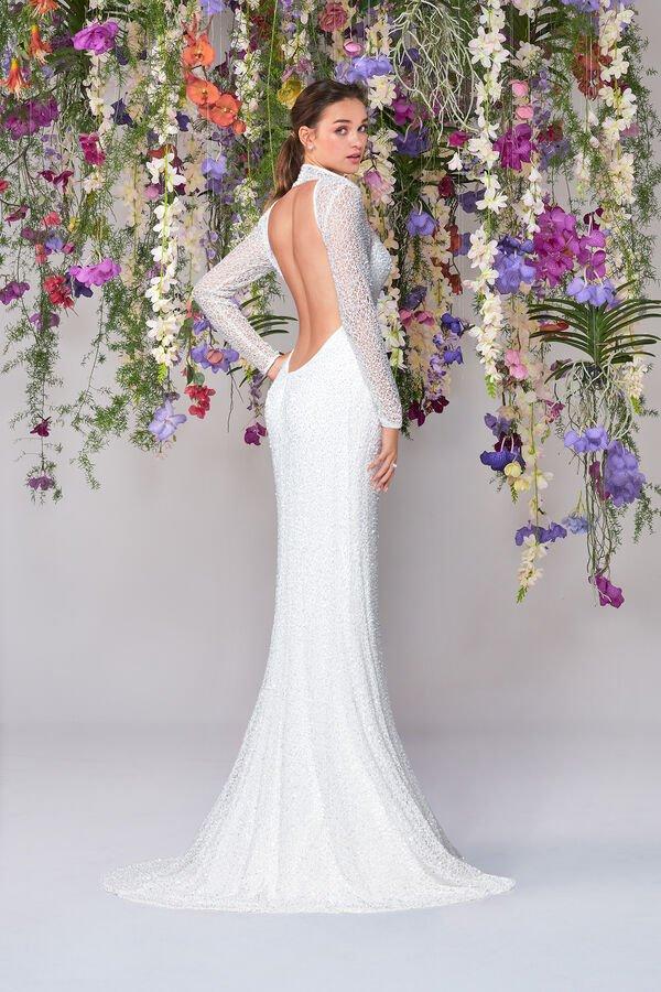 In questa foto una modella indossa uno degli abiti da sposa Atelier Emé per rito civile con scollo sulla schiena