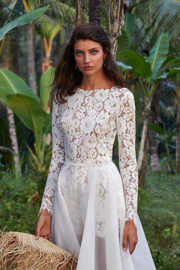 In questa foto una modella indossa una tutina in pizzo che fa parte degli abiti da sposa Atelier Emé per rito civile