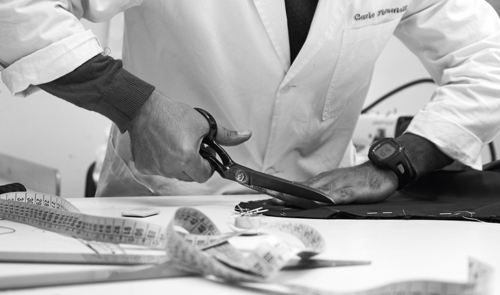 In questa foto un sarto della maison Carlo Pignatelli mentre taglia la stoffa per un abito da realizzare a mano
