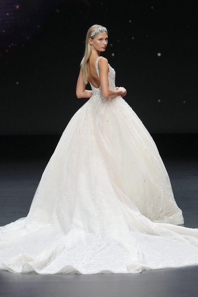 In questa foto una modella sfila con un abito da sposa Demetrios 2021