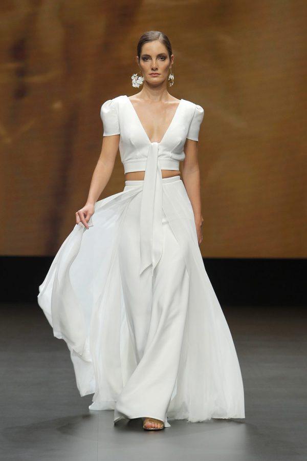 In questa foto un abito da sposa con top e gonna di Marylise & Rembo Styling