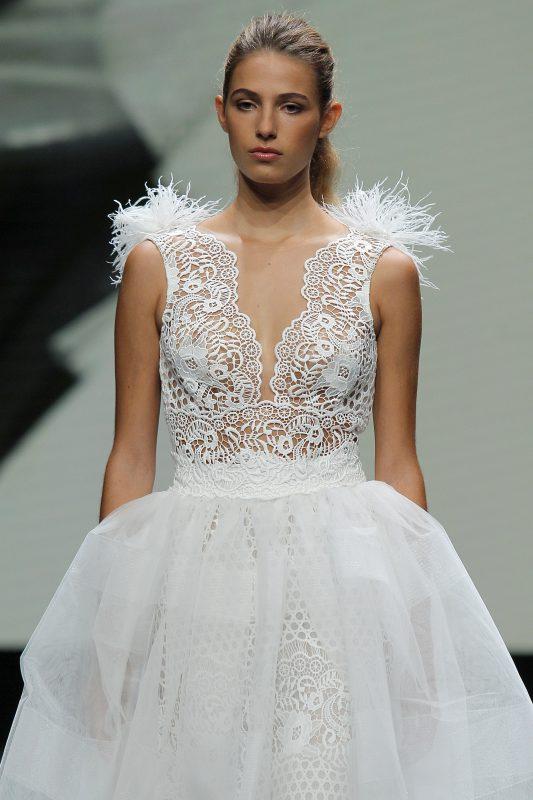 In questa foto un abito da sposa Valentini 2021 con effetto plumage sulle spalline