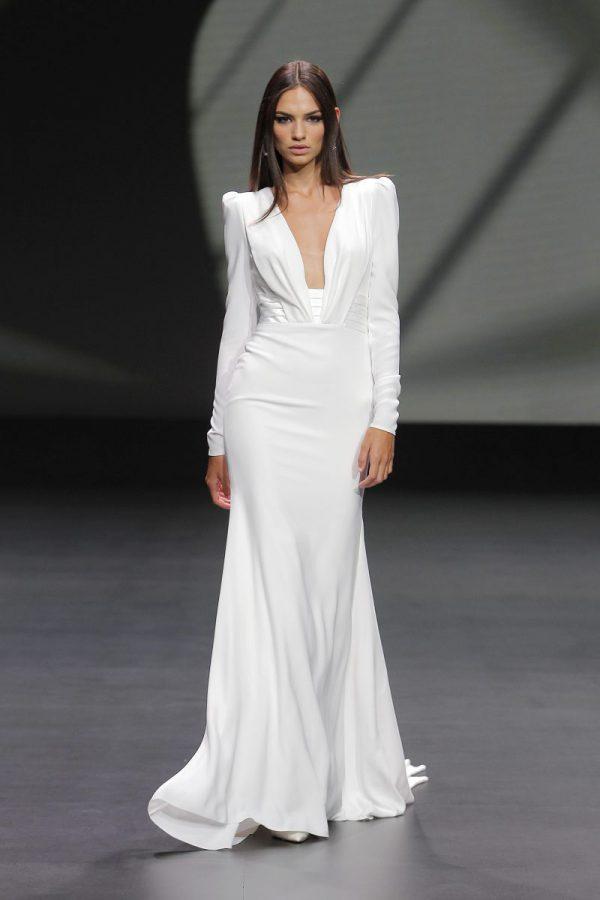 In questa foto un abito da sposa bianco di Pronovias 2021