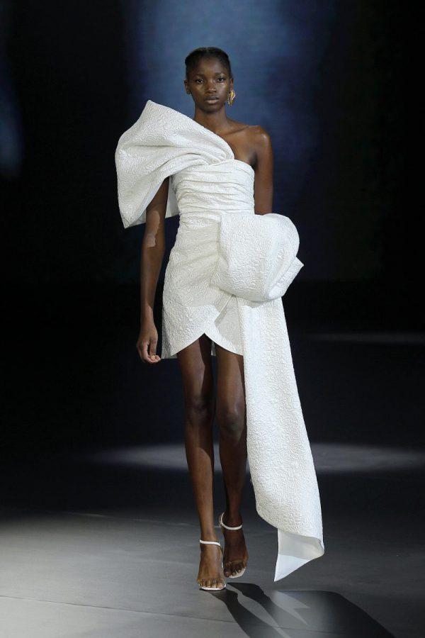 In questa foto un abito da sposa isabel sanchis 2021