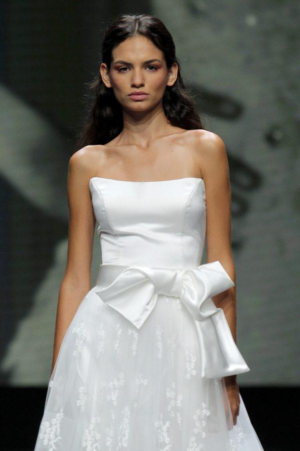 In questa foto un abito bianco ottico di Bellantuono 2021