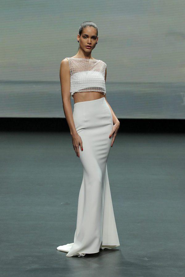 In questa foto un abito crop top aderente di Lorena Panea 2021