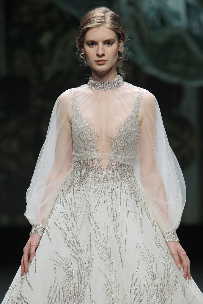 In questa foto un prezioso abito da sposa firmato The Atelier Couture 2021 indossato da una modella alla VBBFW20