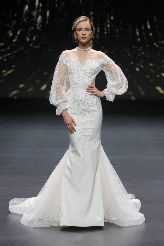 In questa foto un abito da sposa The Atelier Couture con maniche a palloncino
