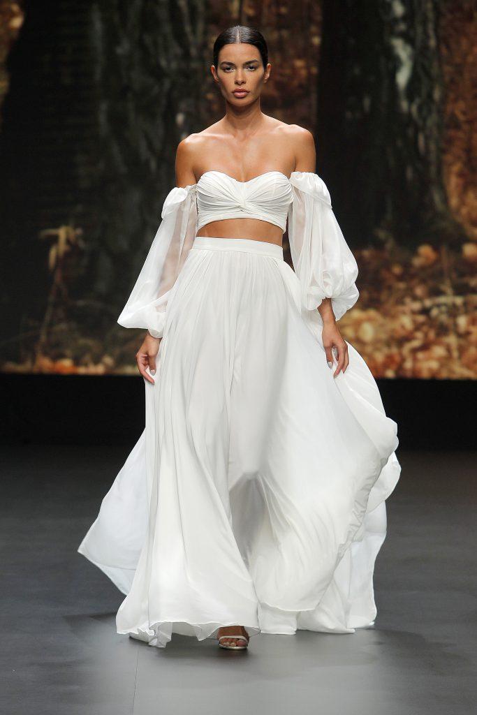 In questa foto un abito da sposa con maniche a palloncino di Flora Bridal 2021