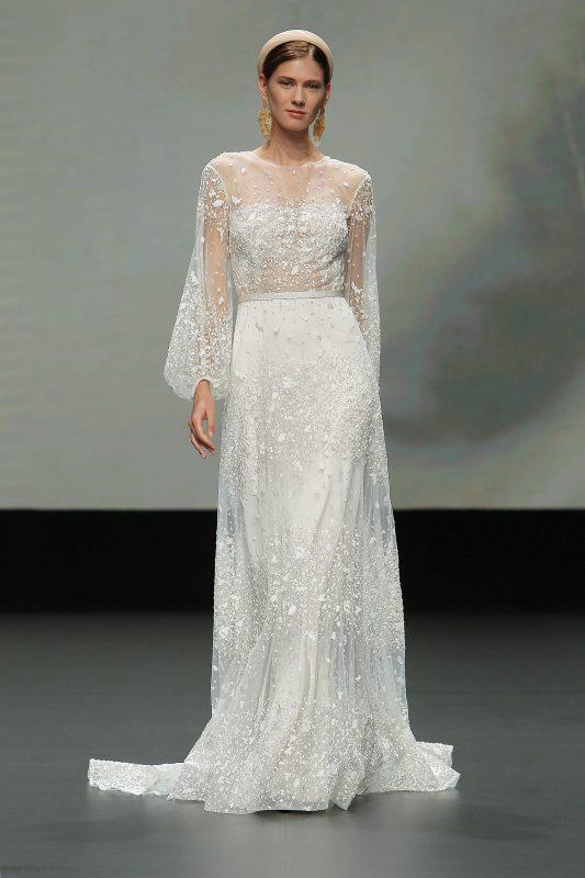 In questa foto un abito da sposa con maniche balloon della collezione Jesus Peiro 2021