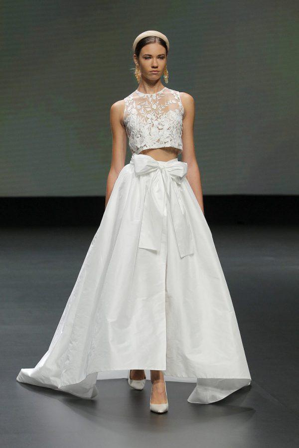 In questa foto un abito da sposa crop top di Jesus Peiro