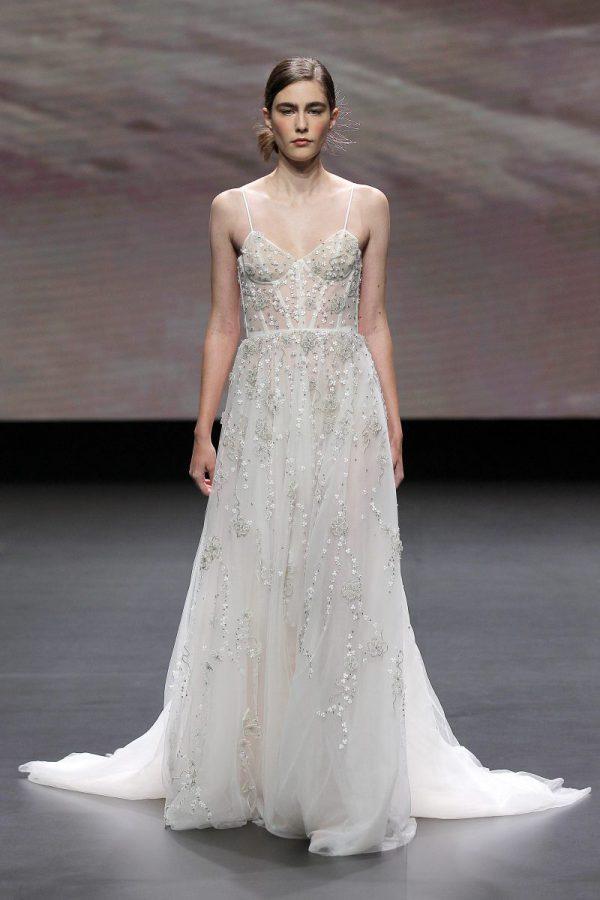 In questa foto un abito da sposa Leonie Bridal 2021