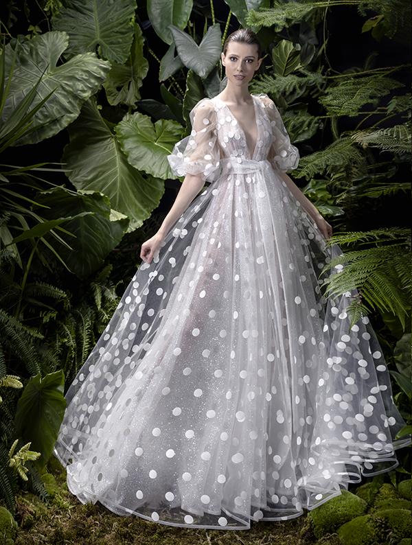 In questa foto un abito da sposa con maniche a buffo Andrea Sedici