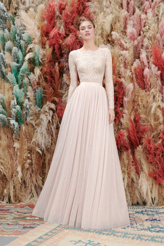 In questa foto  un abito da sposa cipria della collezione Atelier Emè 2021