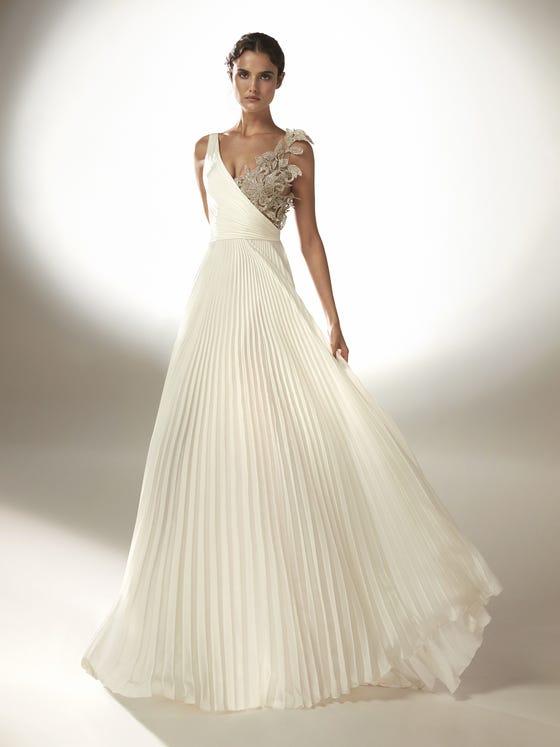 In questa foto un abito da sposa con gonna plissettata Atelier Pronovias 2021
