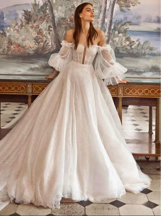 In questa foto una modella indossa un abito da sposa con maniche a palloncino di Galia Lahav 2021