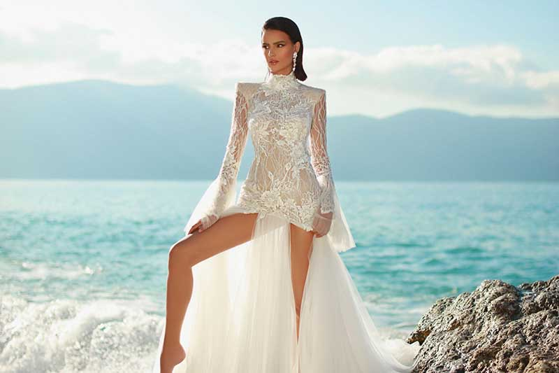 In questa foto un abito da sposa con gonna con spacchi di Maison Signore