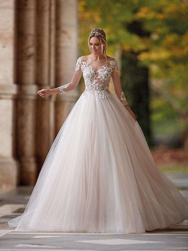 In questa foto un abito da sposa con gonna oversize Nicole Milano 2021