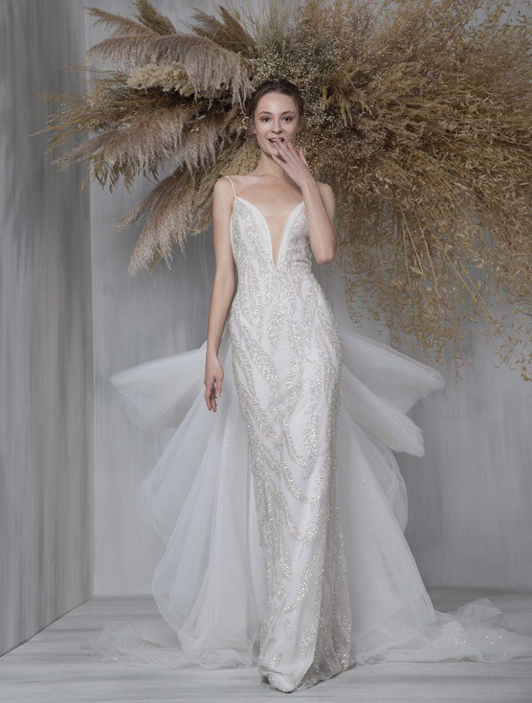 In questa foto  un abito da sposa gioiello della collezione Tony Ward 2021