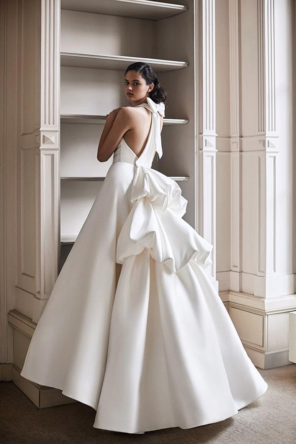 In questa foto un abito con spalle scoperte della nuova collezione di abiti da sposa Viktor & Rolf 2021
