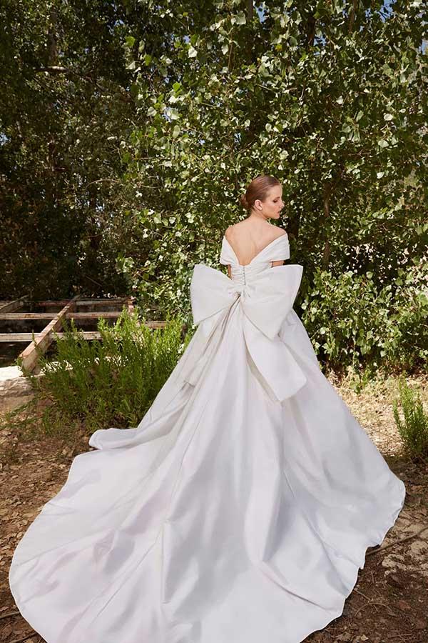 In questa foto un abito con fiocco oversize sulla schiena della collezione sposa Elie Saab 2021