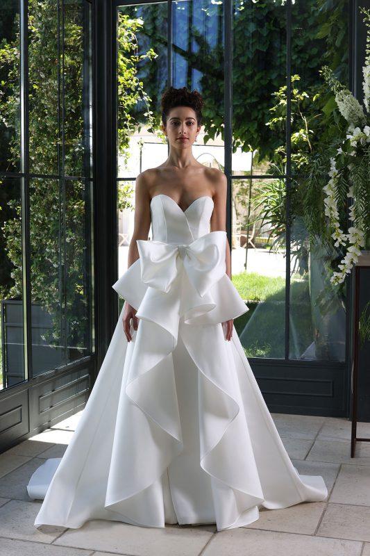 In questa foto un modello con fiocco in vita della collezione di abiti da sposa Enzo Miccio 2020