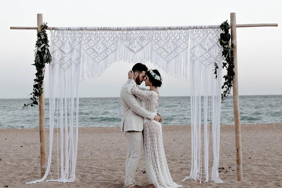 In questa foto un matrimonio in riva al mare