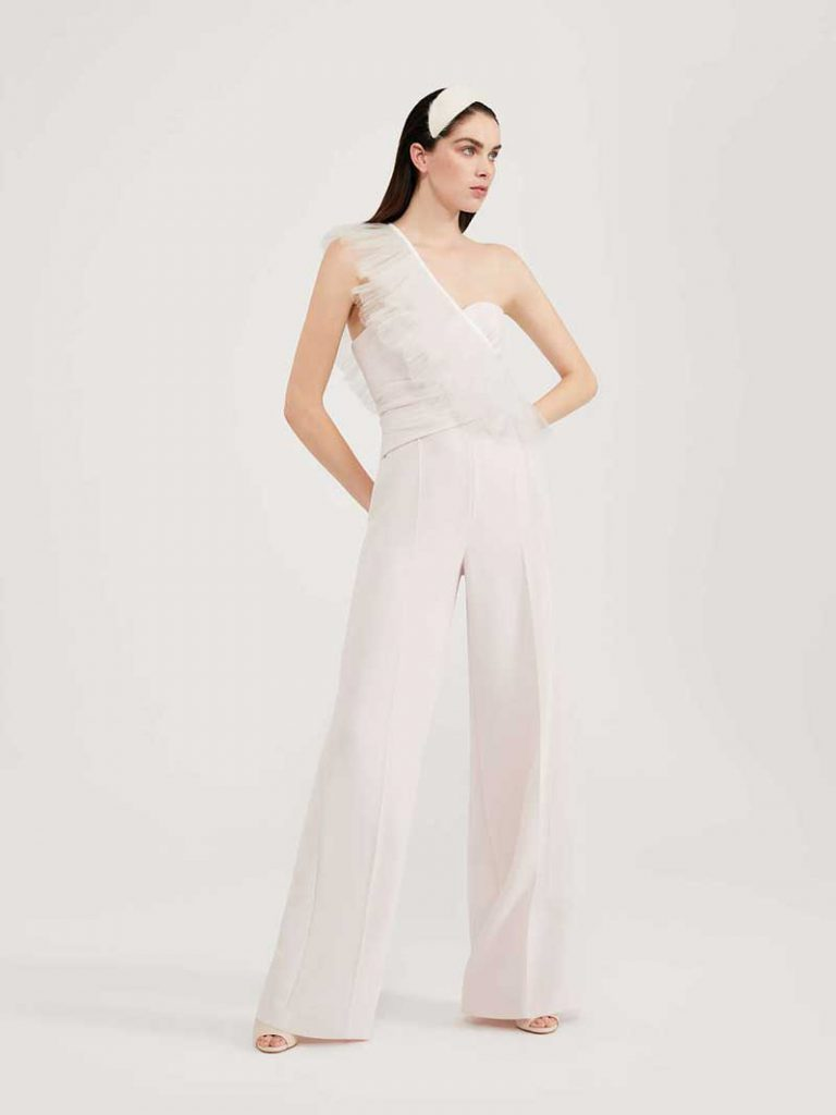 In questa foto una jumpsuit della nuova collezione sposa Max Mara 2021