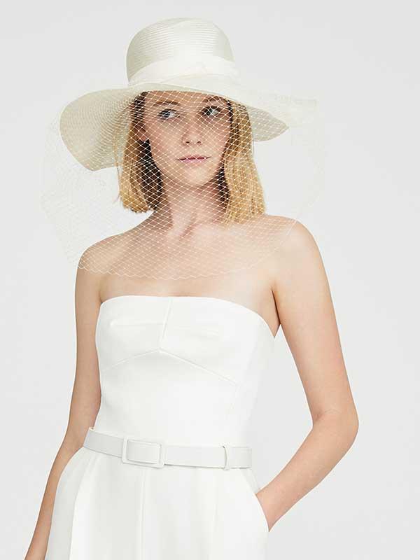 In questa foto un cappello sposa con veletta di  Max Mara