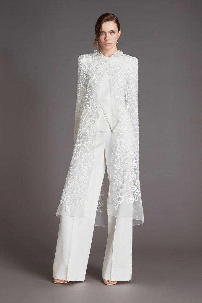 In questa foto un completo pantalone e blazer della collazione sposa Rolando Mouret 2021