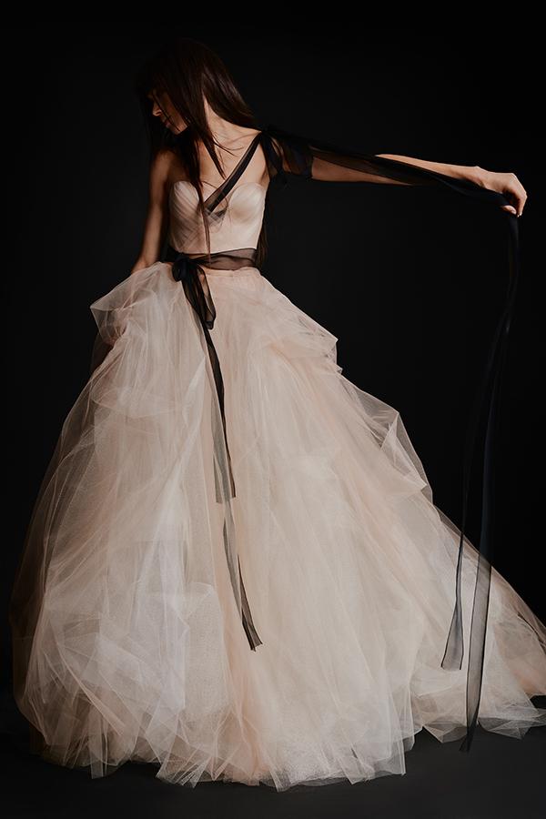 In questa foto  un modello con gonna oversize cipria e dettagli neri Vera Wang  2021
