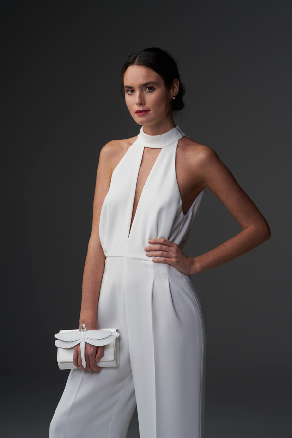 In questa foto una jumpsuit che fa parte collezione di abiti da sposa Chiara Vitale 2021