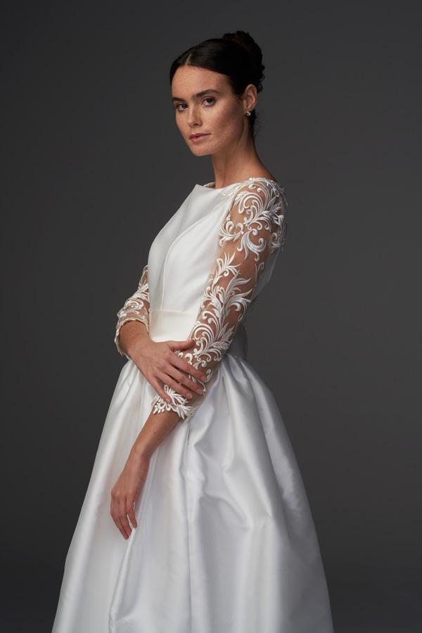 In questa foto un modello con maniche in pizzo della collezione di abiti da sposa Chiara Vitale 2021